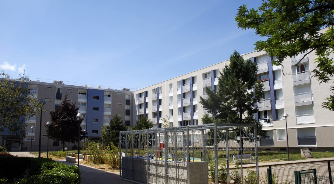 Location: Villeurbanne (France),  Installation system: wall cladding without subframe (CWoS),  Product: DUNE