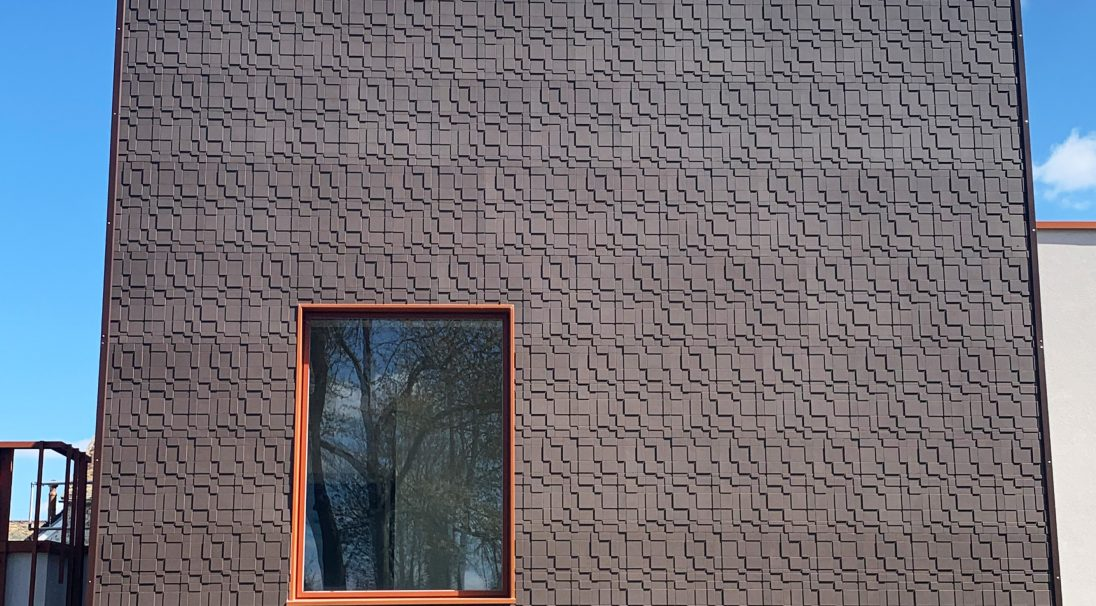 Location: Egly (France),  Installation system: wall cladding without backing structure (CWoB),  Construction type: renovation,  Product: GRAF 200